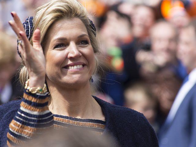Koningin Maxima zwaait naar publiek Koningsdag Tilburg 2017
