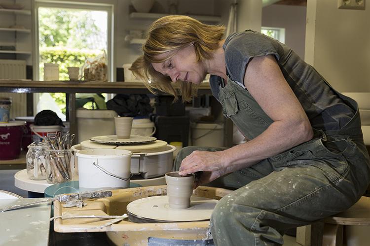 Keramiek vrouw atelier potten draaien