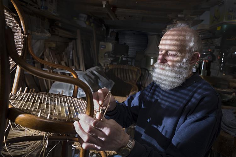 Stoelvlechter werkplaats man baard