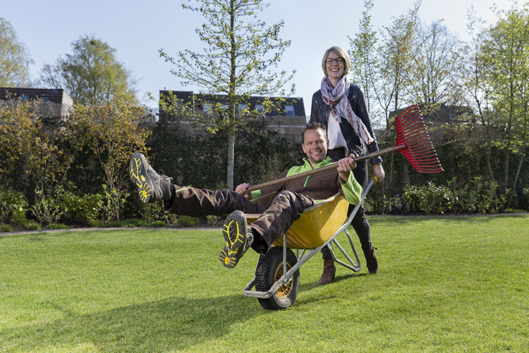 Man in kruiwagen met vrouw Kektus Magazine