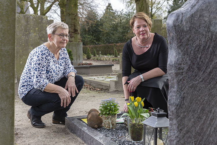 Vrouwen op kerkhof Kektus Magazine